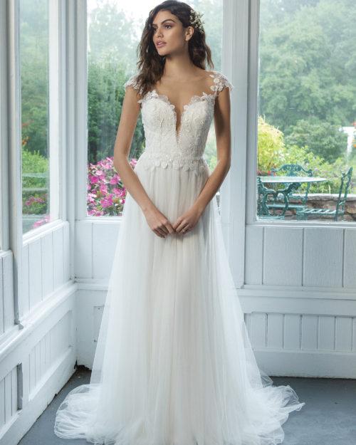 Сватбена рокля с дълбоко деколте