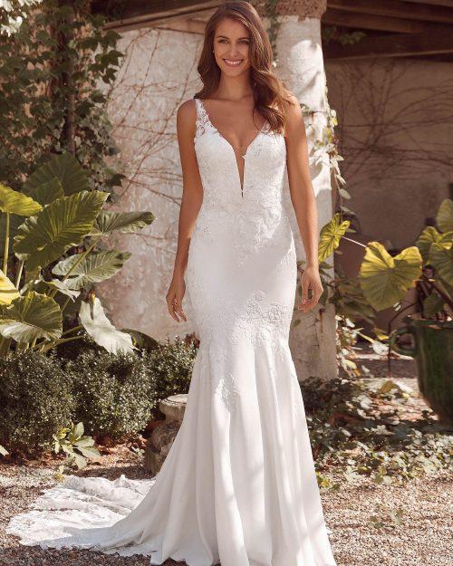 Булчинска рокля от креп с дълбоко деколте и ръчно бродирани дантели - 88143